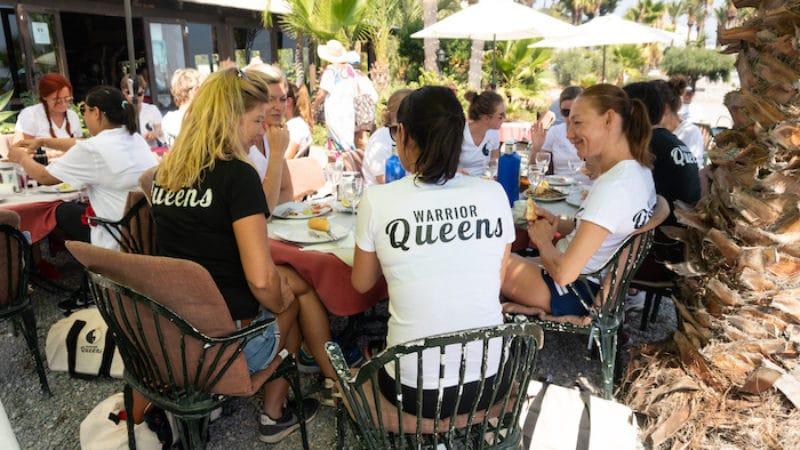 lunchende Queens op strand